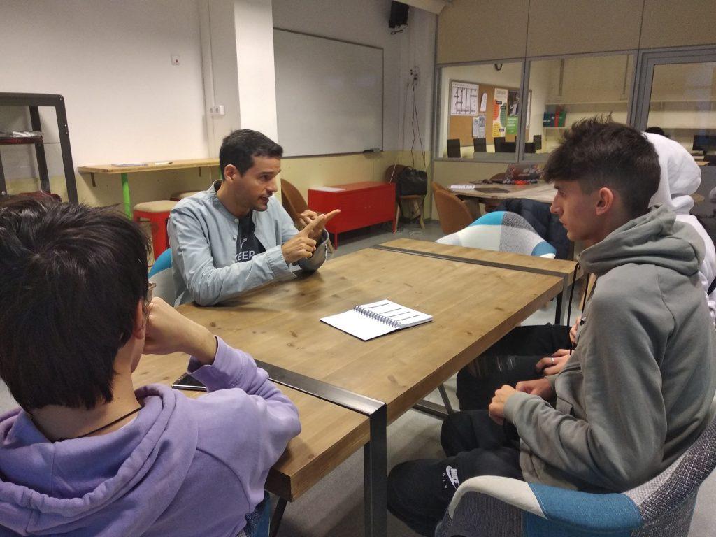Analitzant idees de negoci en la sala coworking en Escola Pia Mataró